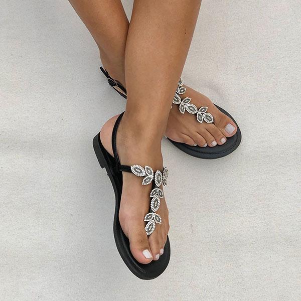 Sandália rasteira com enfeites cristal