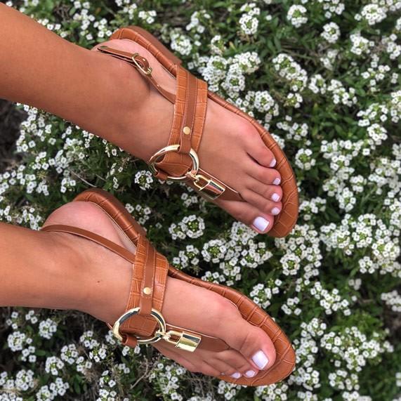 Sandália Rasteira com enfeites dourados