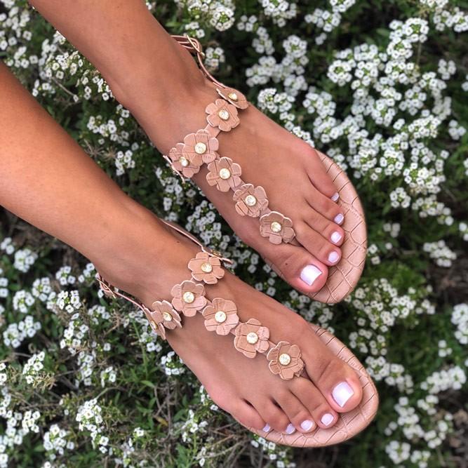 Sandália Rasteira com enfeites flores