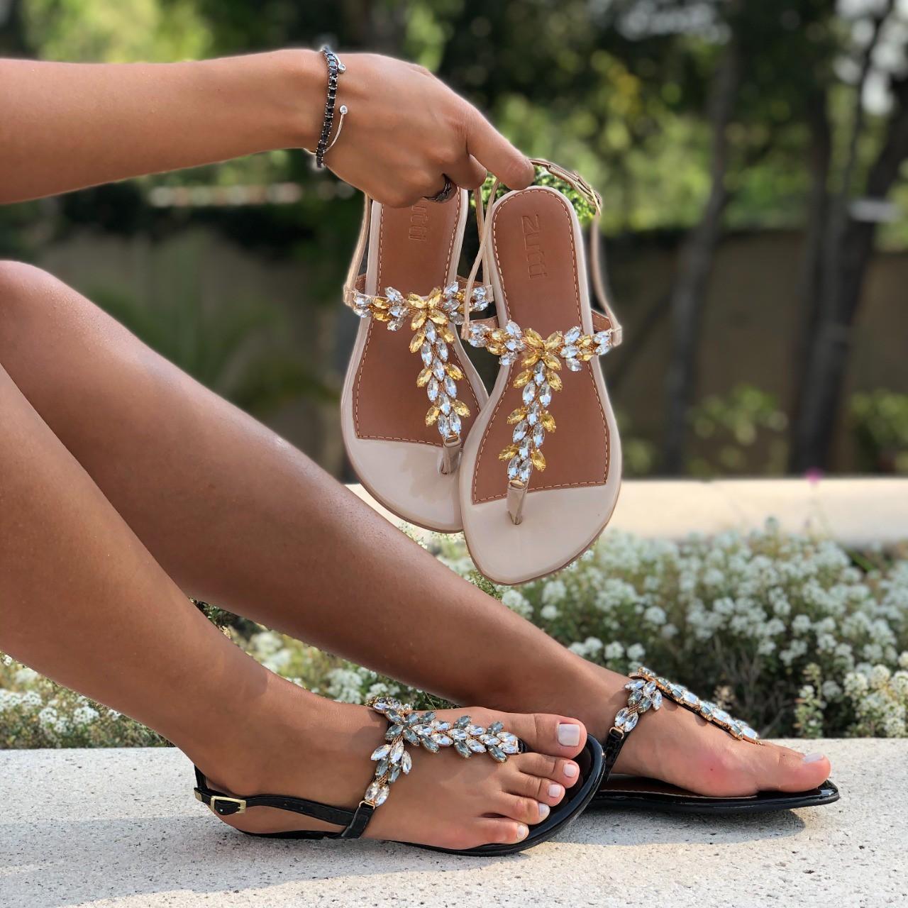 Sandália rasteira com enfeites pedrarias