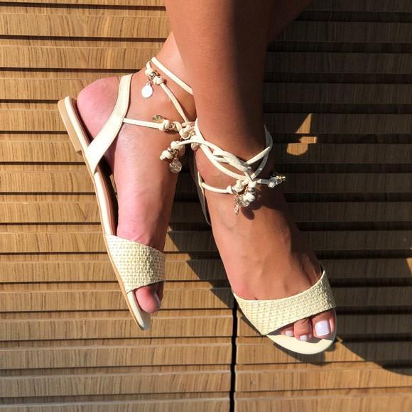 Sandália Rasteira com tira em trançado e amarração