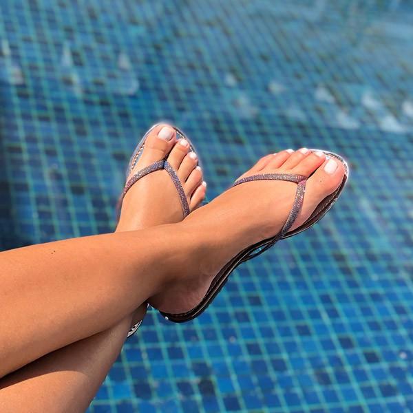 Sandália rasteira com tira fina