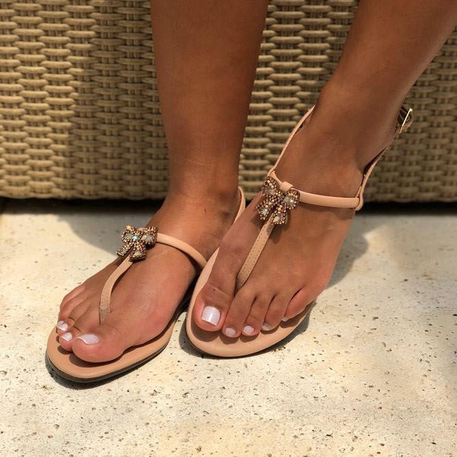 Sandália Rasteira com tira fina com enfeite laço
