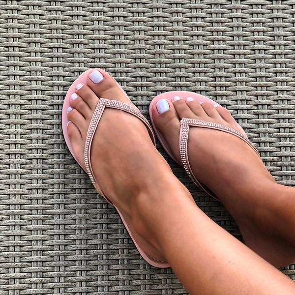 Sandalia rasteira com tira fina e detalhe em malha strass