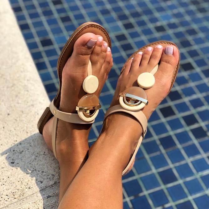 Sandália Rasteira com tira fina e enfeites