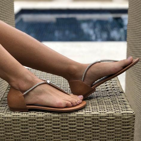 Sandália Rasteira com tira strass e calcanhar fechado