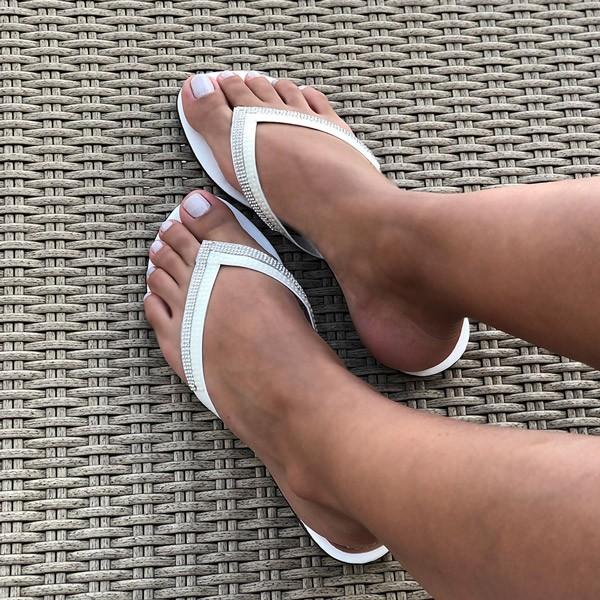 Sandalia rasteira com tiras com detalhe malha strass