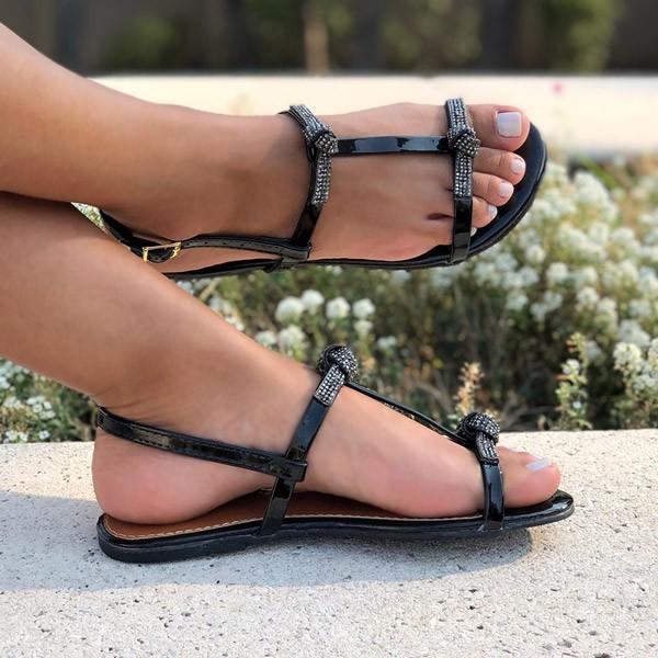 Sandália Rasteira com tiras e laço em strass