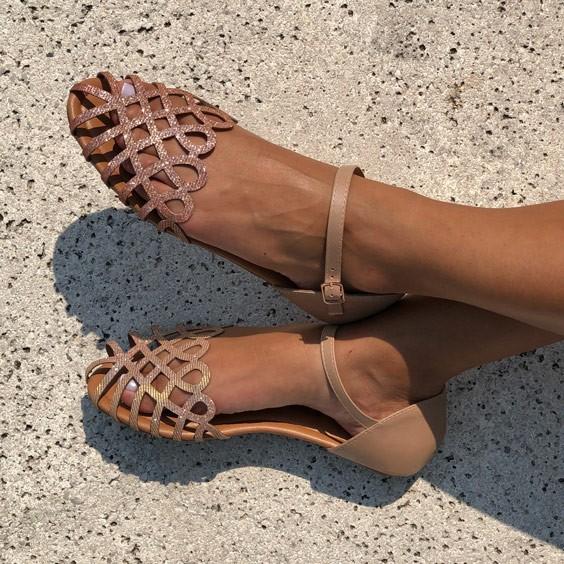 Sandália rasteira com tiras em laser