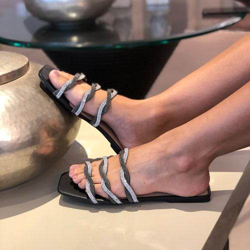 Sandália rasteira com tiras em strass
