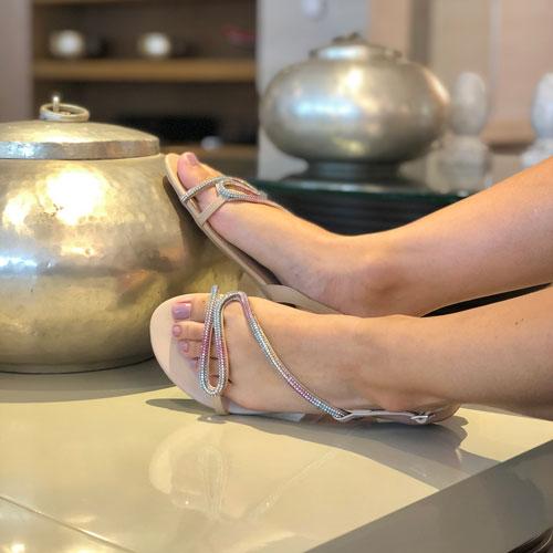 Sandália rasteira com tiras em strass coloridas