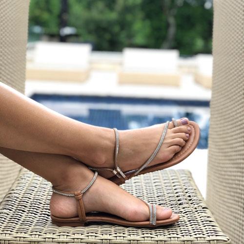 Sandália rasteira com tiras finas