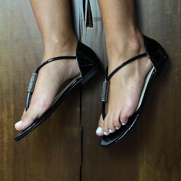 Sandália Rasteira com tiras finas detalhe em peça strass
