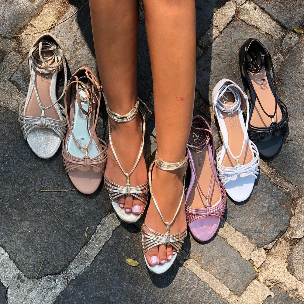 Sandália rasteira com tiras finas e amarração