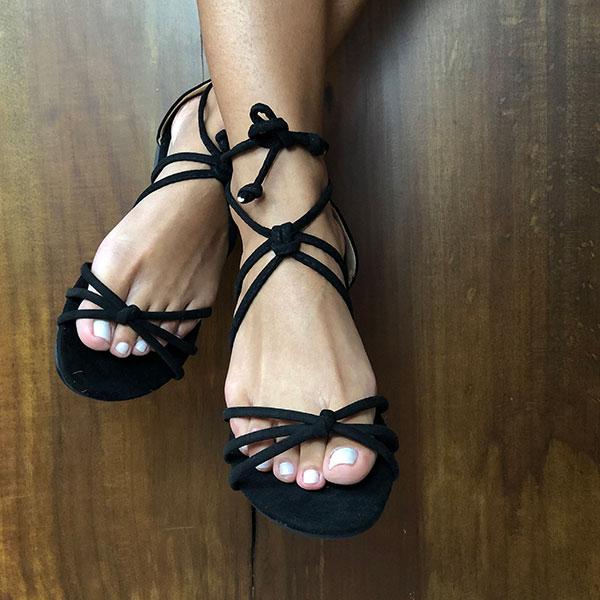 Sandália Rasteira com tiras finas e com detalhes nós e amarração