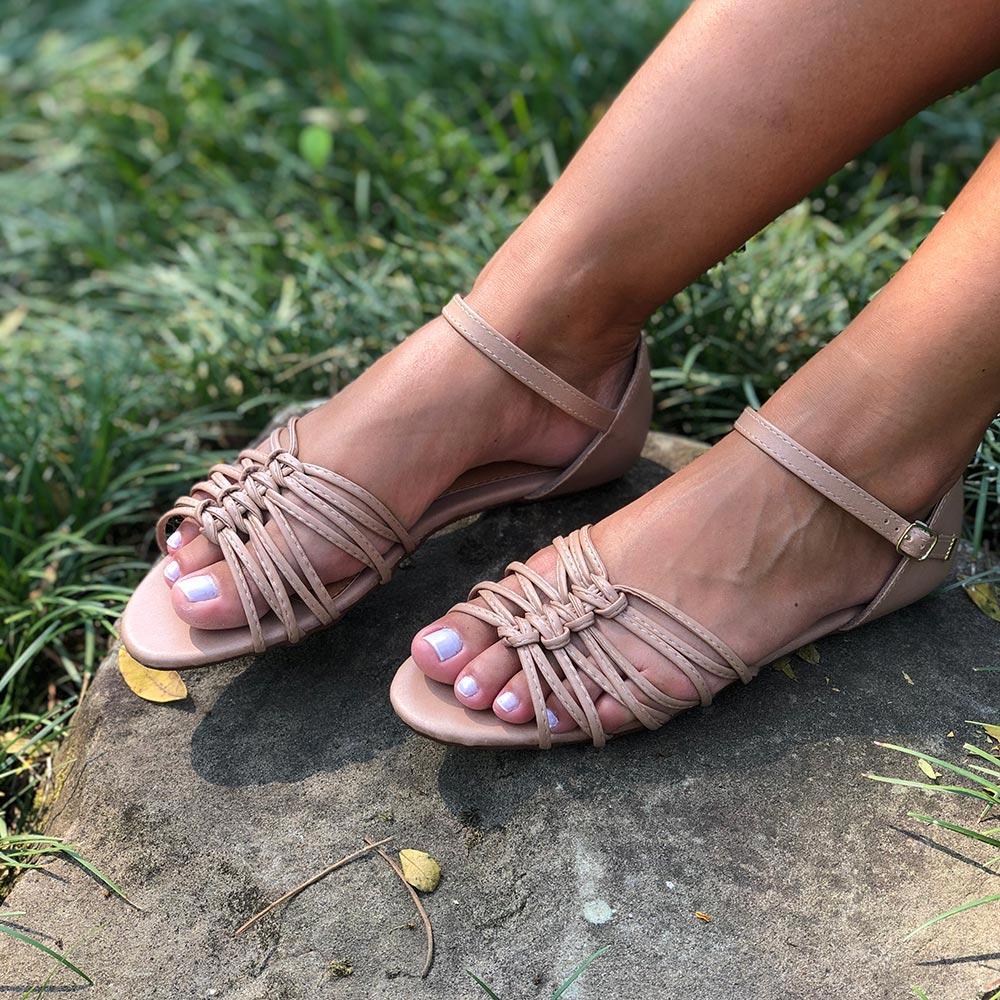 Sandália Rasteira com tiras finas e detalhes em nós