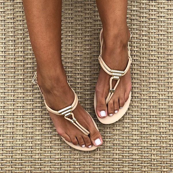 Sandália Rasteira com tiras finas e enfeites