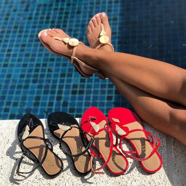 Sandália Rasteira com tiras finas e enfeites geométricos
