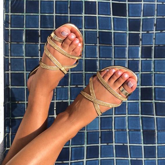Sandália rasteira com tiras finas e malha em strass