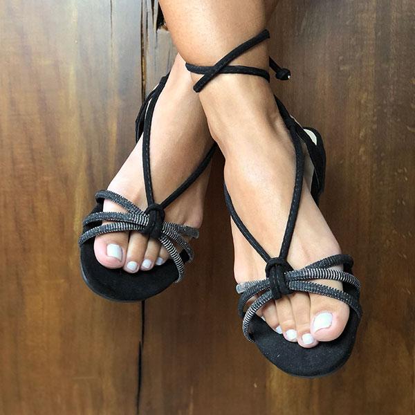 Sandália Rasteira com tiras finas e tira glitter e com amarração