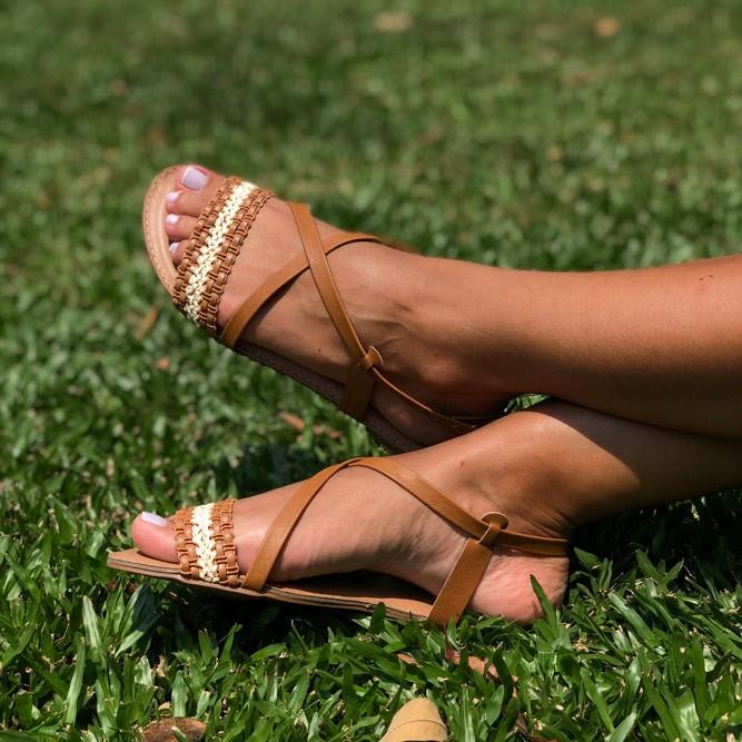 Sandália Rasteira com tiras finas e tira trançada