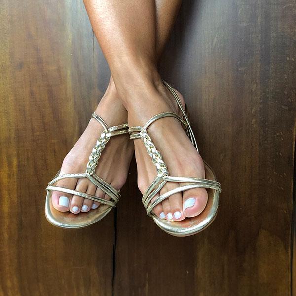 Sandália Rasteira com tiras finas em formato trança