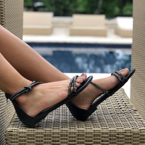Sandália rasteira com tiras finas strass e calcanhar fechado