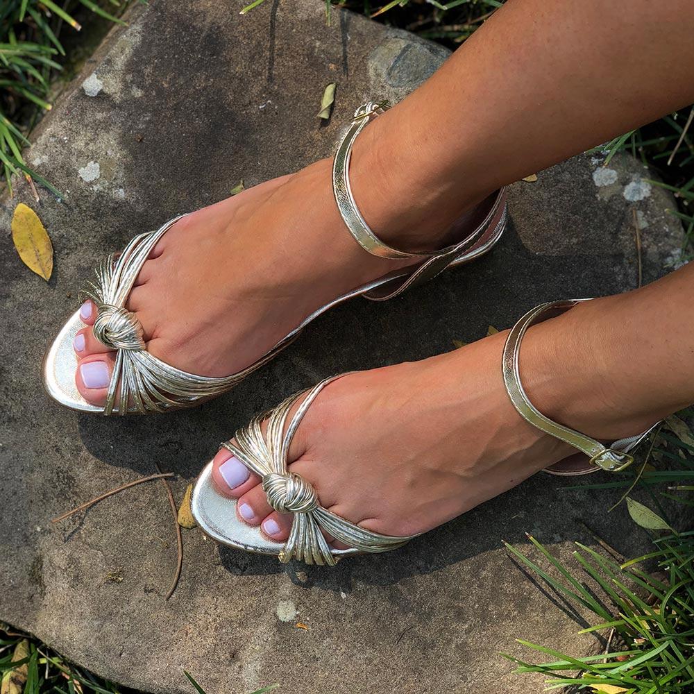 Sandália rasteira com tiras lisas e detalhe nó