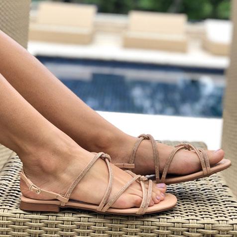 Sandália rasteira com tiras strass entrelaçadas