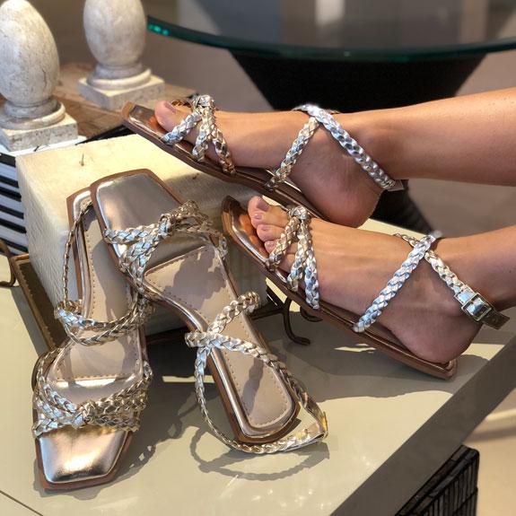 Sandália rasteira com tiras trançadas