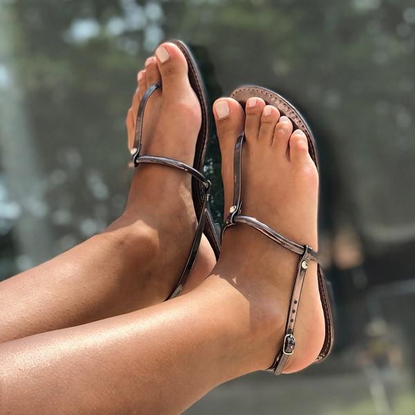 Sandália Rasteira tira fina detalhe pedra