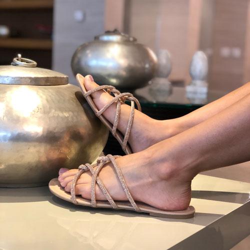 Sandália rasteira tiras finas com strass