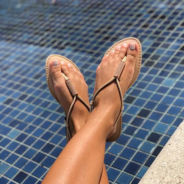 Sandália Rasteira tiras finas e com peça strass