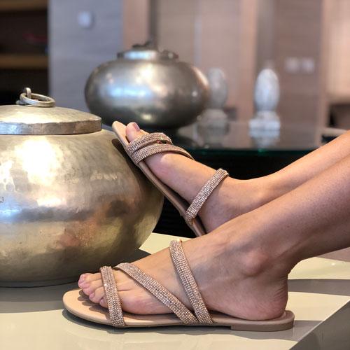 Sandália rasteira tiras torcidas com strass