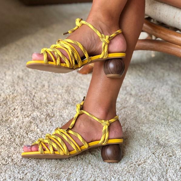 Sandália salto geométrico com tiras em cordão