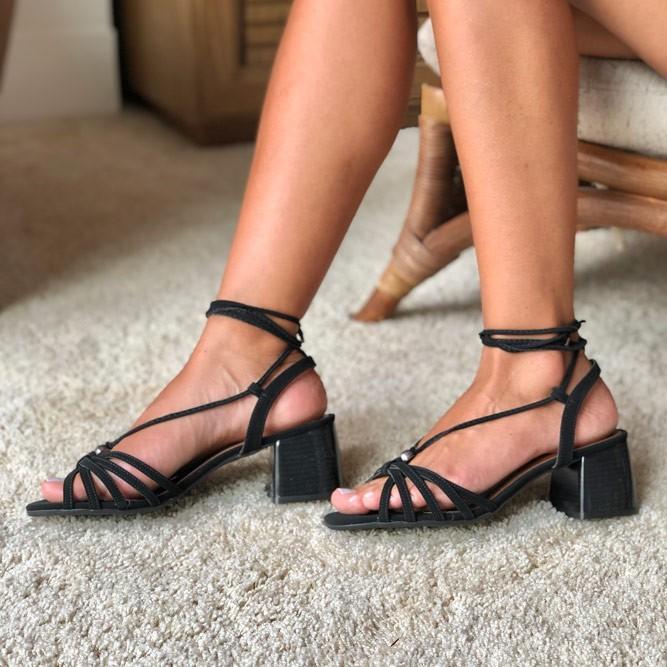Sandália salto grosso médio com tiras e amarração