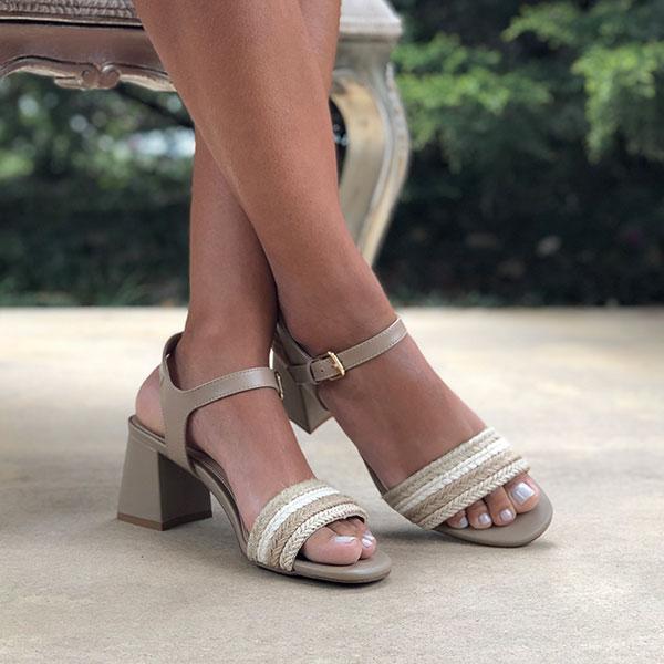 Sandália salto grosso médio com tiras em corda natural