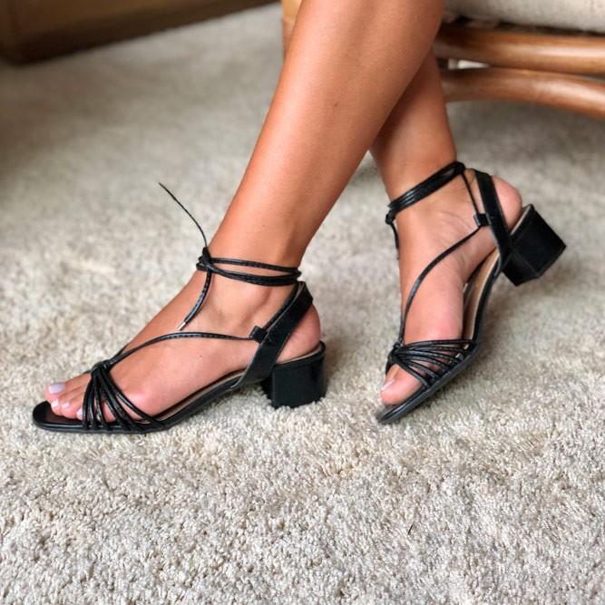 Sandália Salto grosso médio com tiras finas e amarração