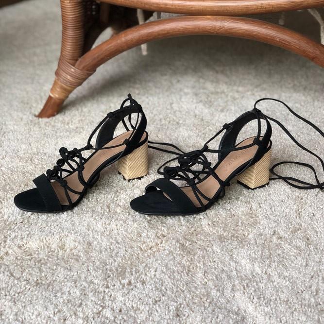 Sandália salto grosso médio com tiras largas e finas e amarração