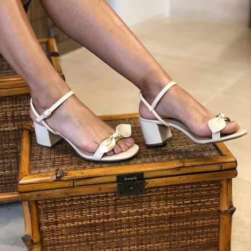 Sandália salto medio com tira com detalhe laço