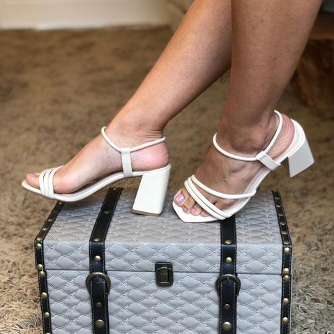 Sandália salto médio com tiras finas