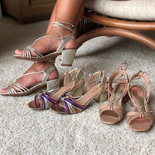 Sandália salto médio com tiras finas e amarração