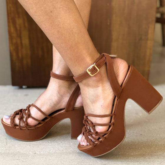 Sandália salto médio grosso com tiras finas e amarração