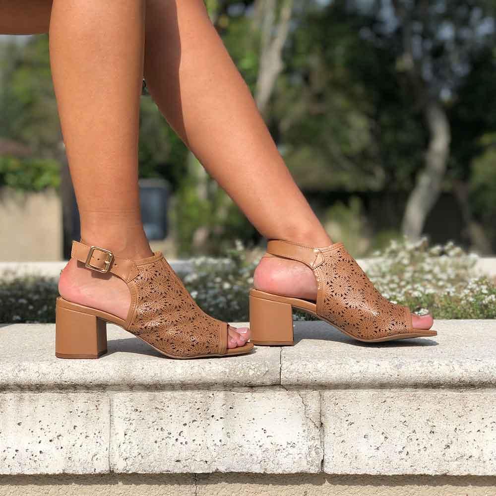 Sandália Sandal Boot salto médio grosso com detalhe em laser