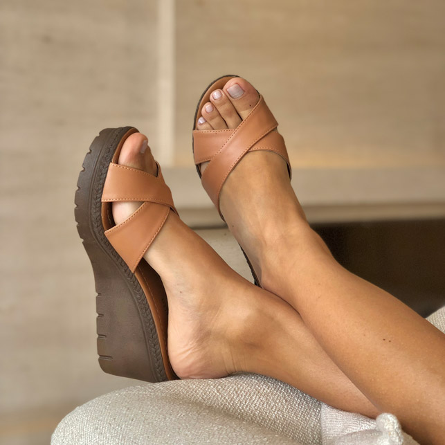 Sandália tamanco anabela altura média