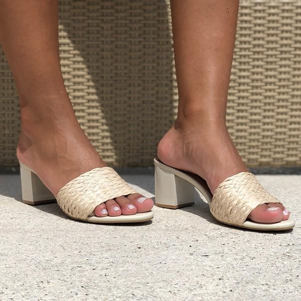 Sandália Tamanco com salto grosso médio com tira em trançado tressê