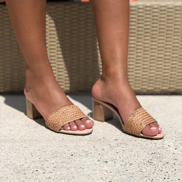 Sandália Tamanco com salto grosso médio com tira larga em trançado tressê