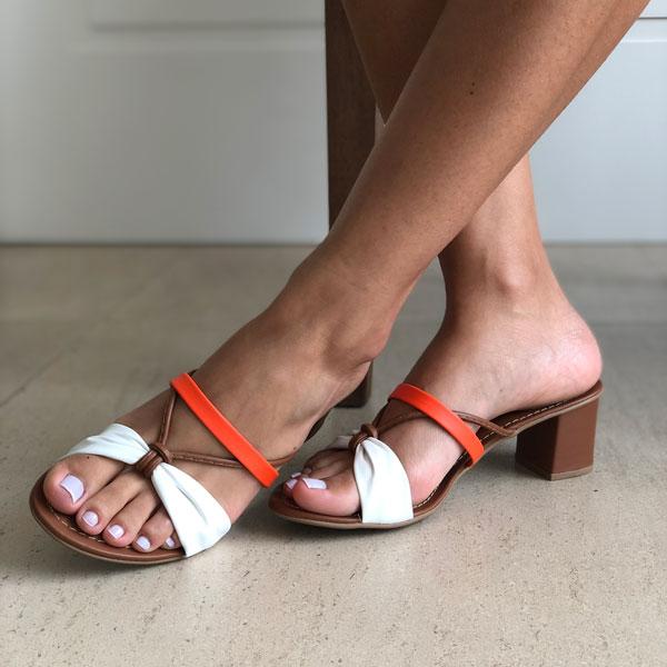 Sandália tamanco conforto salto médio grosso com tiras soft