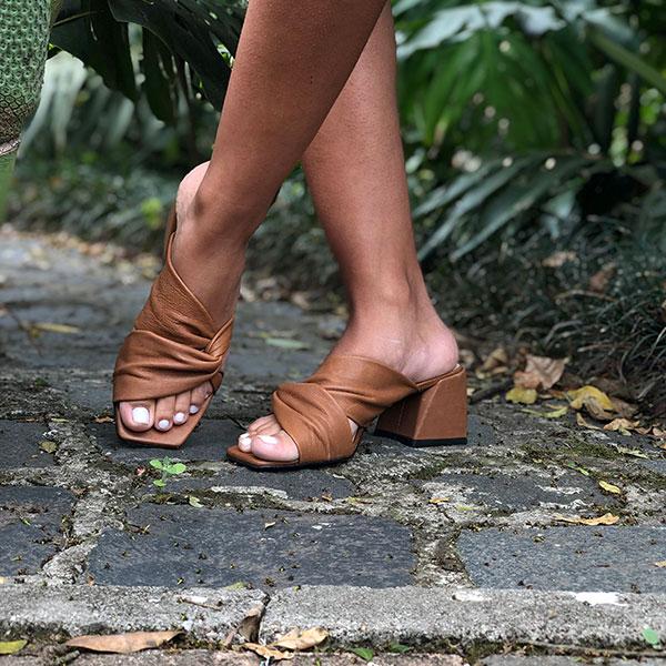 Sandália Tamanco linha conforto salto grosso médio