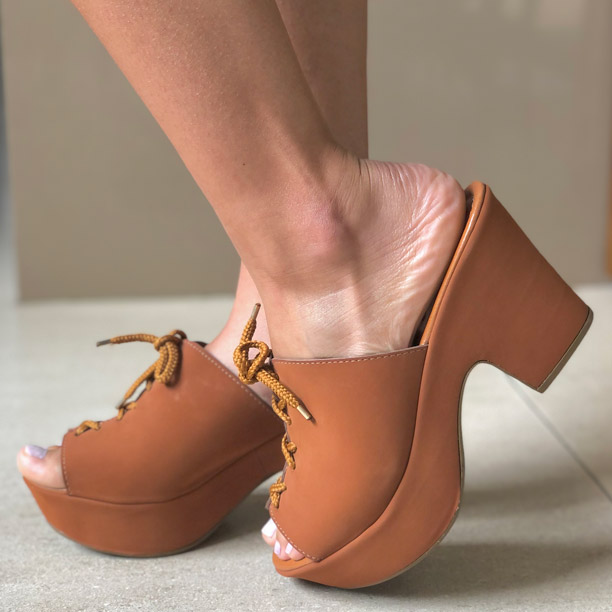 Sandália tamanco meia pata plataforma salto médio